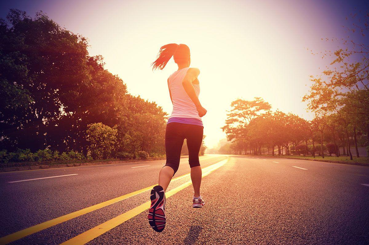 mulher correndo no asfalto