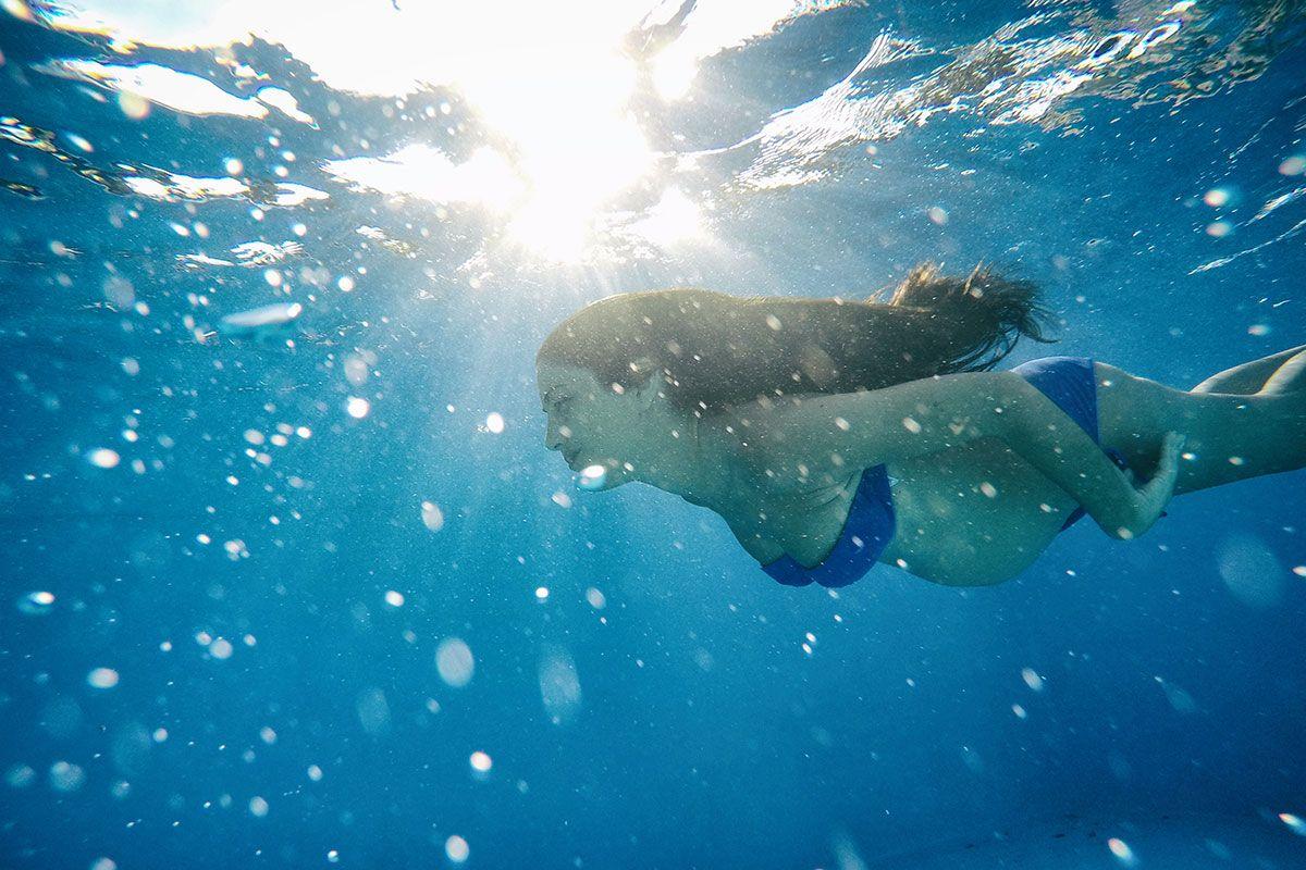 gravida nadando