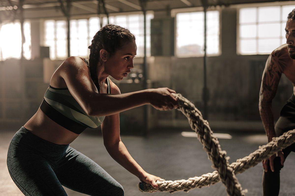 mulher com corda de crossfit