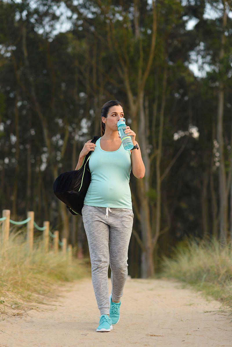 gravida fazendo caminhada